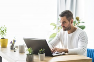 Planując zakup laptopa na rok 2020 bardzo często natrafiamy na rozwiązania, które oczekują od nas wyciągnięcia niemałej sumy z własnej kieszeni