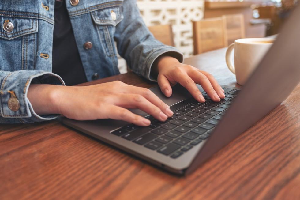 Laptop taki jak Lenovo ThinkPad X1 Fold Gen 1 to składany ekran 13,3 cala, niska masa własna, wzmocniona konstrukcja, Bluetooth, wydajny procesor, kamera internetowa, porty typu USB, wbudowany mikrofon, matowa matryca, czytnik linii papilarnych i urodziwa obudowa